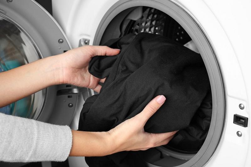 в чем стирать черные вещи