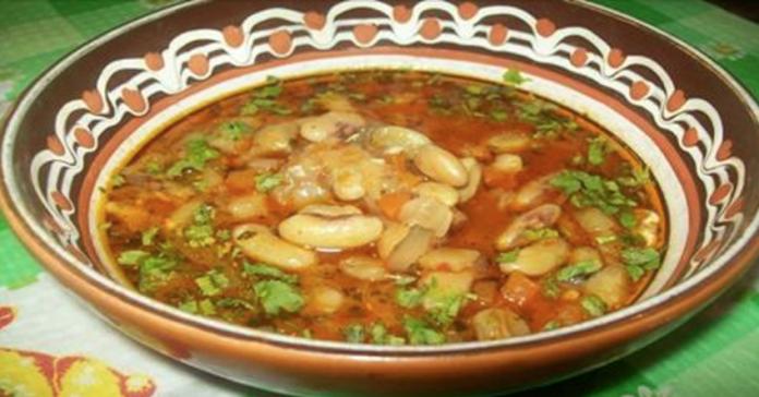 Красный фасолевый суп боб-чорба — это необычное название болгарского супа. А вкус еще интереснее названия!