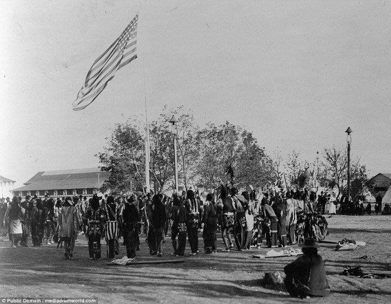 1898, шайенны танцуют вокруг американского флага аборигены, индейцы, исторические кадры, история, племена, редкие фото, сша, фото