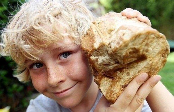 Мальчик держит в руках, то что продали за 40000 евро. Как вы думаете, что это такое?