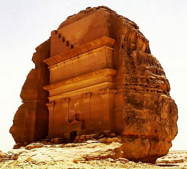 Вечные гробницы и памятники среди пустыни