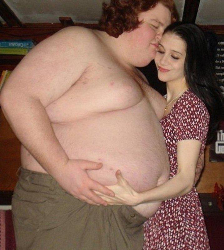 Толстые мужчина с стройной девушкой