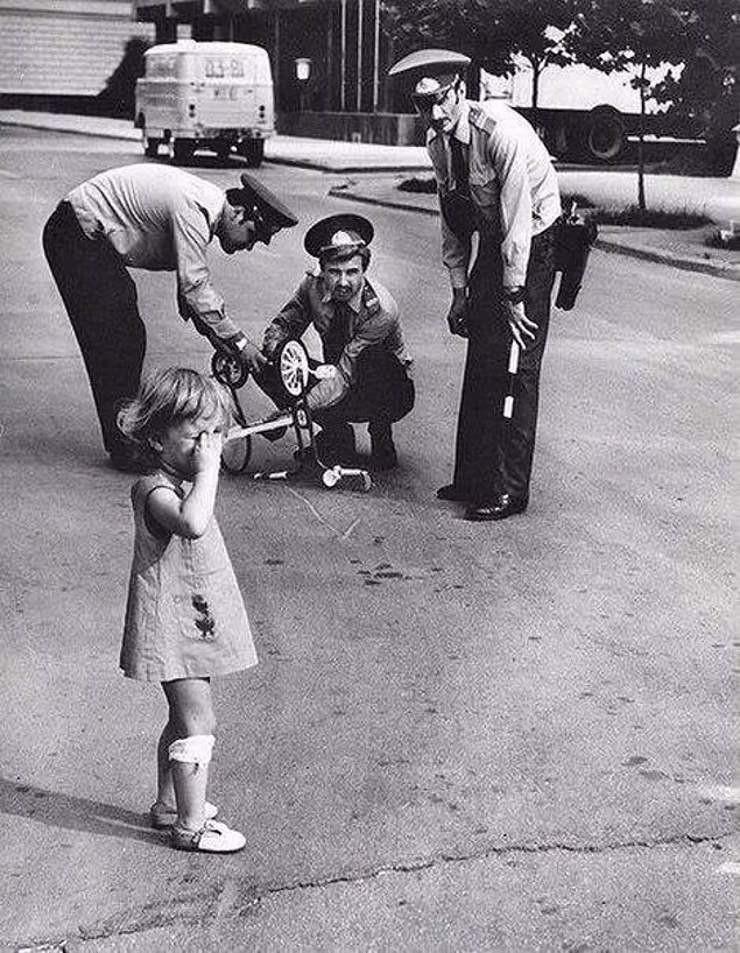 4. Милиционеры ремонтируют сломанный велосипед плачущей девочке по имени Арзу. Азербайджанская ССР, 1980 год. СССР, люди, рожденные в СССР, советский союз