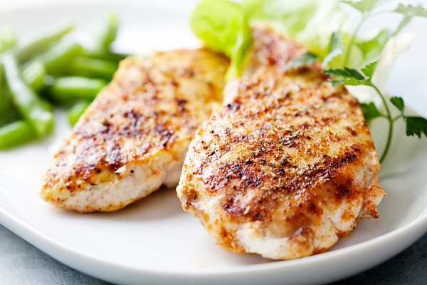 Куриные грудки со сливочным соусом, запеченные в духовке