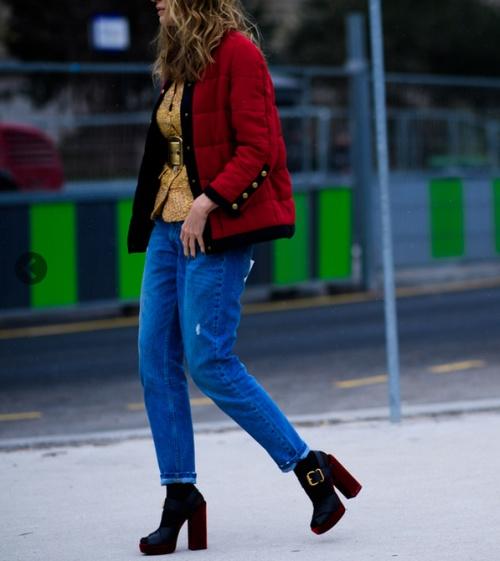 парижанка в красной куртке и синих джинсах