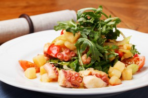 Салат из картофеля с помидорами и осьминогом