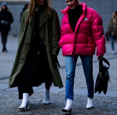 зеленое пальто и малиновая дутая курта - уличная мода весна-лето Париж