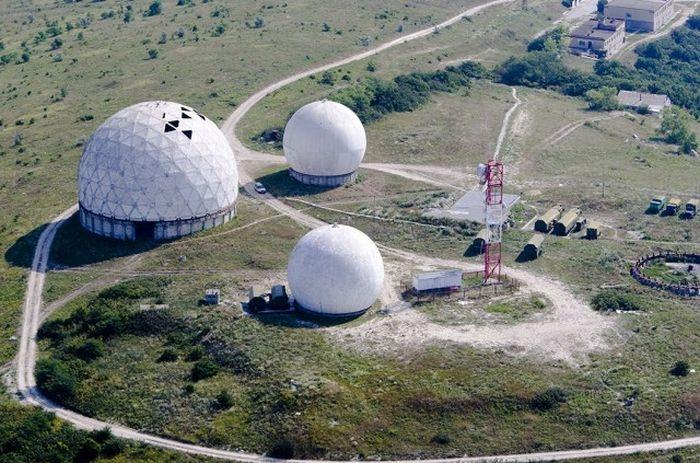 Обсерватория расположена в двухэтажном здании с астрономической площадкой на крыше.
