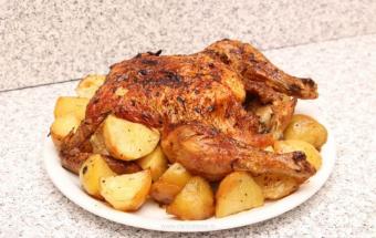 Курица с картошкой и луком, запеченная в духовке