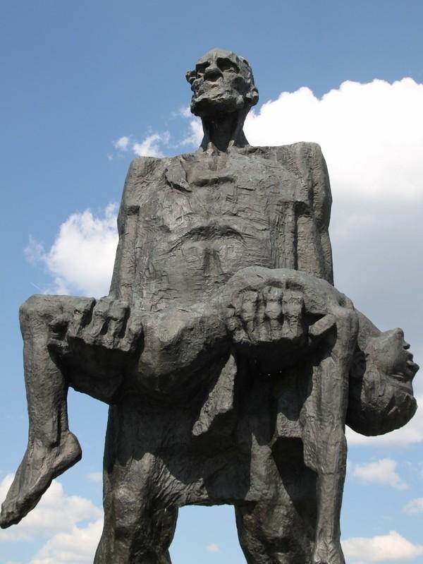 """Чтобы помнили. """"Хатынь""""- символ трагедии белорусского народа"""