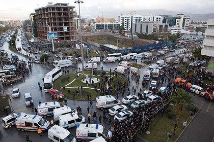 У здания суда в Измире взорвался автомобиль