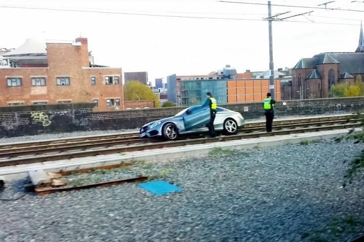 Пьяный водитель попытался поставить купе Mercedes на рельсы
