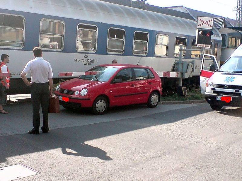 Дамочка за рулем авто выперлась на рельсы во время красного сигнала светофора