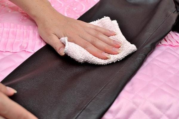 Как почистить кожаную куртку в домашних условиях от грязи и различных пятен?