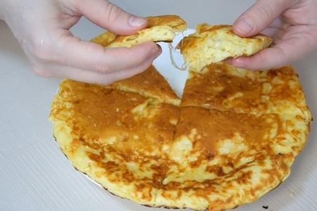 Ленивый хачапури на сковороде за 10 минут. вкусная сырная лепешка на завтрак: фото шаг 7