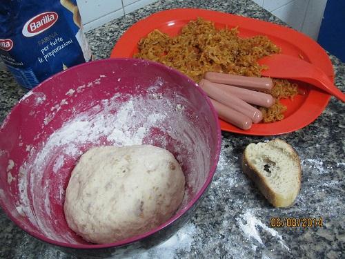 Дрожжевое тесто  прекрасно получается на основе вчерашнего хлеба - пицца