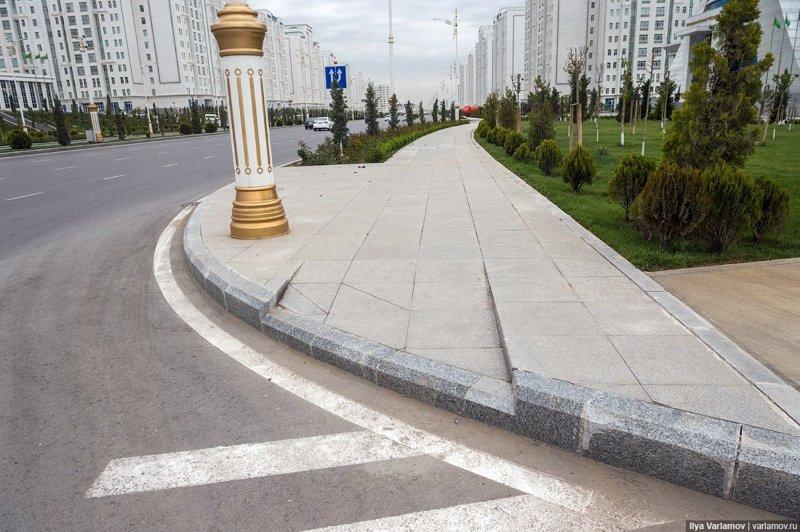 Безбарьерной среды в Ашхабаде нет, о пешеходах тут вообще особо не думают. Ашхабад, пыль в глаза, туркменистан