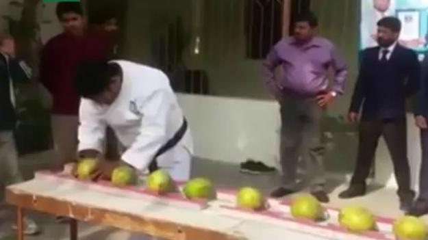 Расколол 43 кокоса головой. …