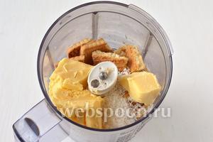 Для основы  в чаше кухонного комбайна соединить кусочки печенья, кокосовую стружку и очень мягкое подтаявшее сливочное масло.