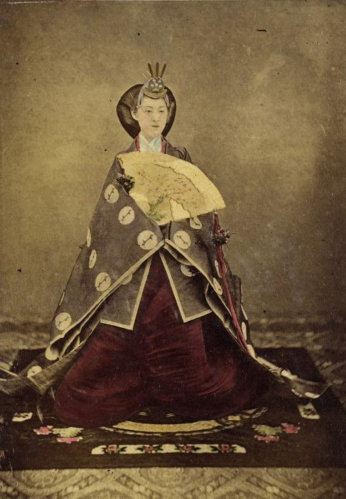Фотографию императрицы Харуко дарили знатным иностранцам и членам монарших семей Европы, ее вручали японским высокопоставленным чиновникам, которые утверждались в должности императорским указом.