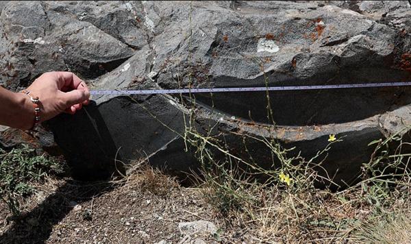 Фото с https://lah.ru/exped/hattusa/. След на древнем камне из Турции.