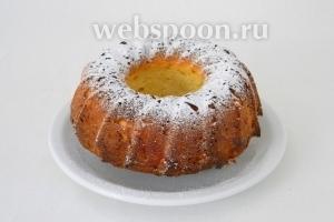 Готовый кекс посыпаем сахарной пудрой и подаём!