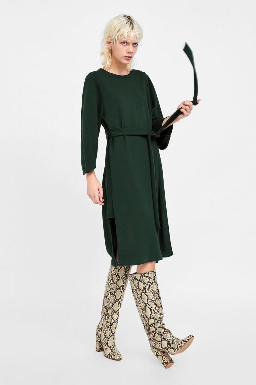 Девушка в асимметричном платье и сапогах