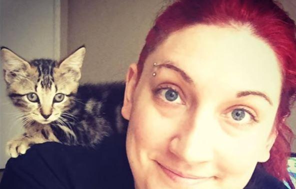 Она спасла брошенного котенка, лежащего в луже бензина, и с тех пор больше не чувствует себя одинокой
