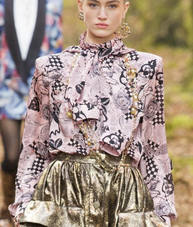 двойная блузка от Шанель - одна надета на тело, рукава другой завязаны спереди в виде гастука
