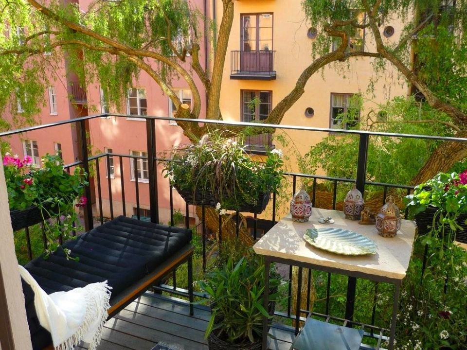 Горшки с растениями на балконе