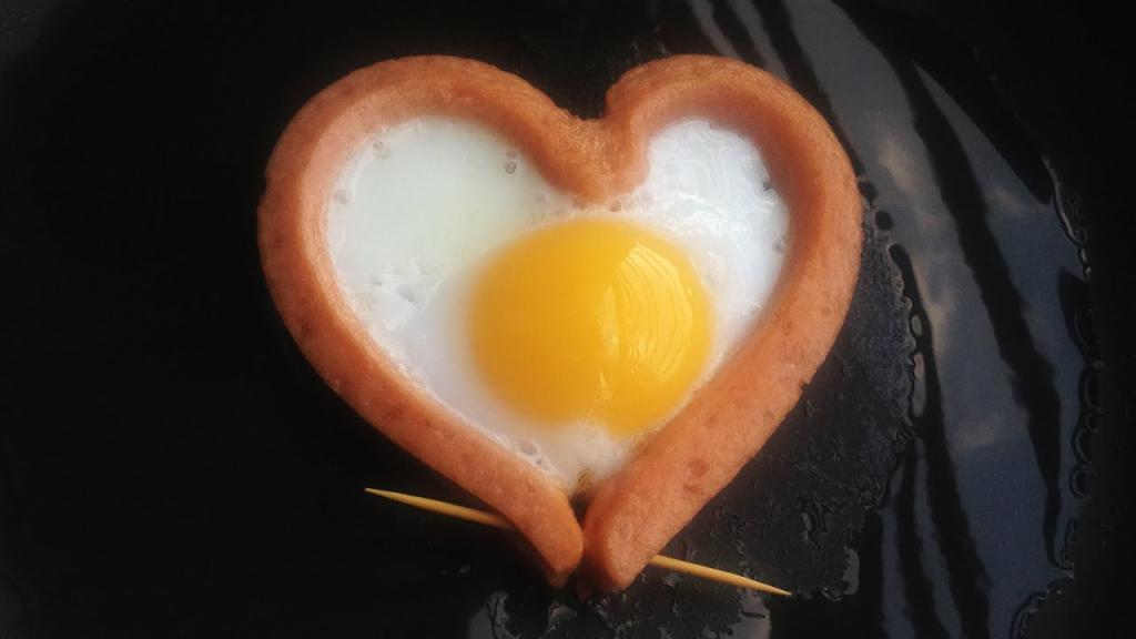 Вкусная яичница на завтрак: варианты приготовления и оформления