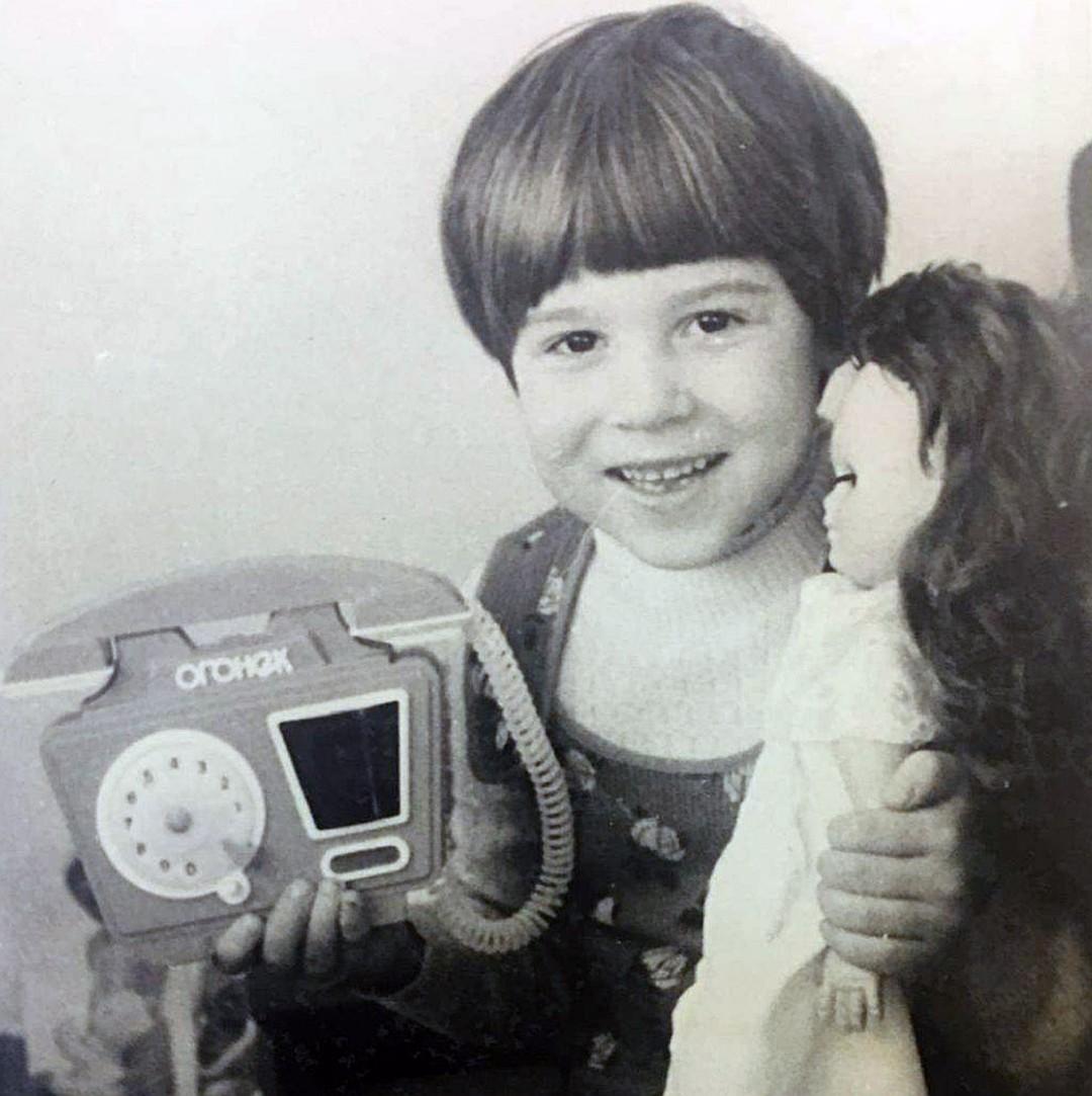 Маленькая Алиса с подарком от Высоцкого. Это игрушечный телефон, как сейчас выясняется, мог передать дочери Владимир Семенович.