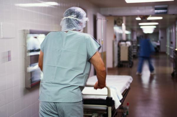Под Смоленском истекающий кровью мужчина умер на полу в больнице