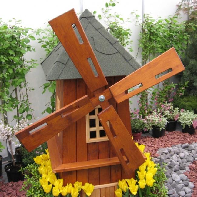 Деревянная декоративная мельница займет почетное место на территории вашего участка