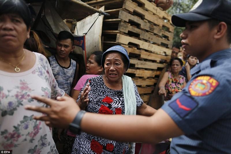 Пожилая француженка в ужасе, увидев трупы на улице дутерте, филиппины против наркотиков