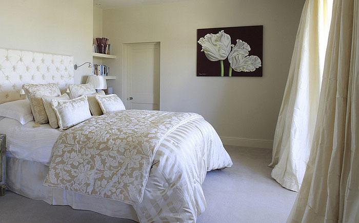 Уютная спальня в спокойных тонах