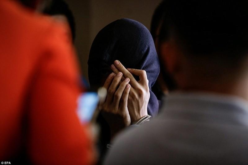 Малазиец Насир бин Мохд Uddin Hasnan, предполагаемый наркокурьер, зарывает лицо после ареста по обвинению в контрабанде кокаина   дутерте, филиппины против наркотиков