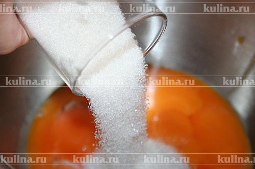 Желтки растереть с сахарным песком и ванилью.