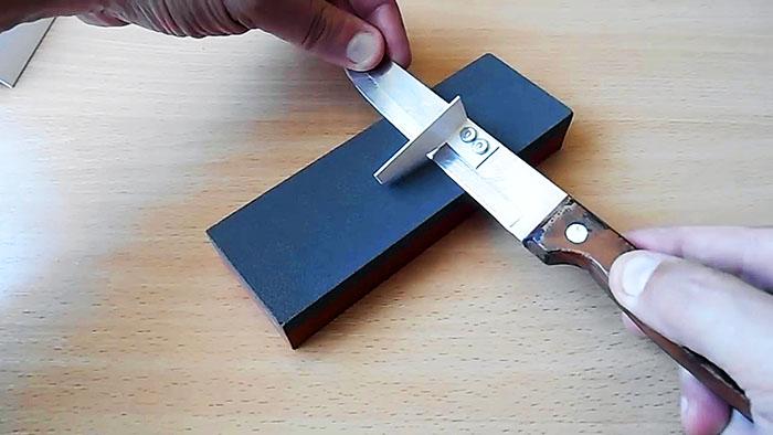 Простое приспособление для контроля правильного угла при ручной заточке ножа