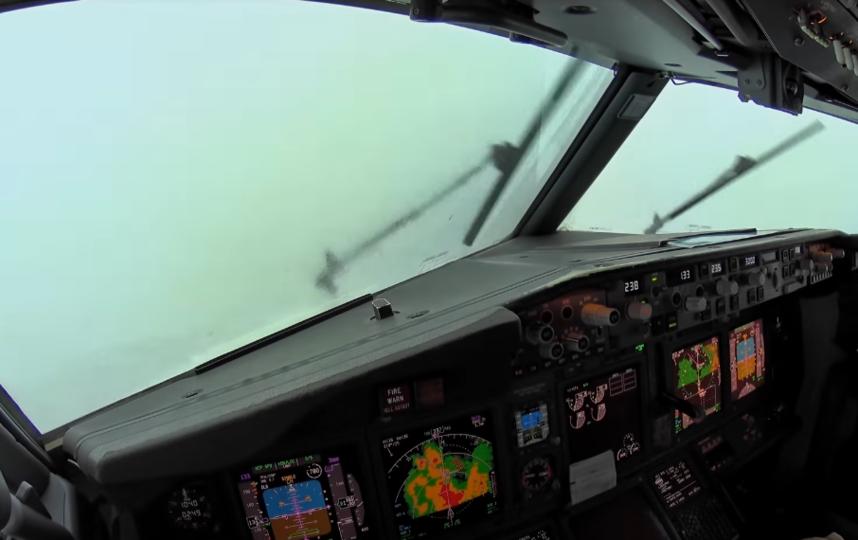 В сети появилось видео экстремальной посадки самолёта
