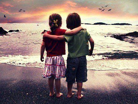 Встретились как-то Любовь и Дружба. Любовь спросила: - Зачем на свете нужна ты, если есть я? Дружба ответила ей: - Чтобы оставлять улыбку там, где ты оставляешь слёзы