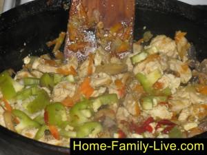 Добавить томатную пасту и перец