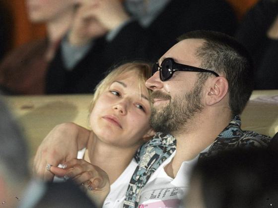 Сергей Шнуров бил Оксану Акиньшину и учил ее плохому