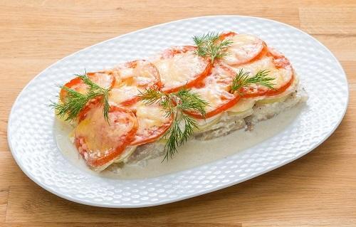 Рыба, запеченная с картофелем и помидорами/Фото: К. Виноградов/BurdaMedia