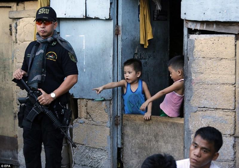 Вооруженный полицейский патруль в манильских трущобах  дутерте, филиппины против наркотиков