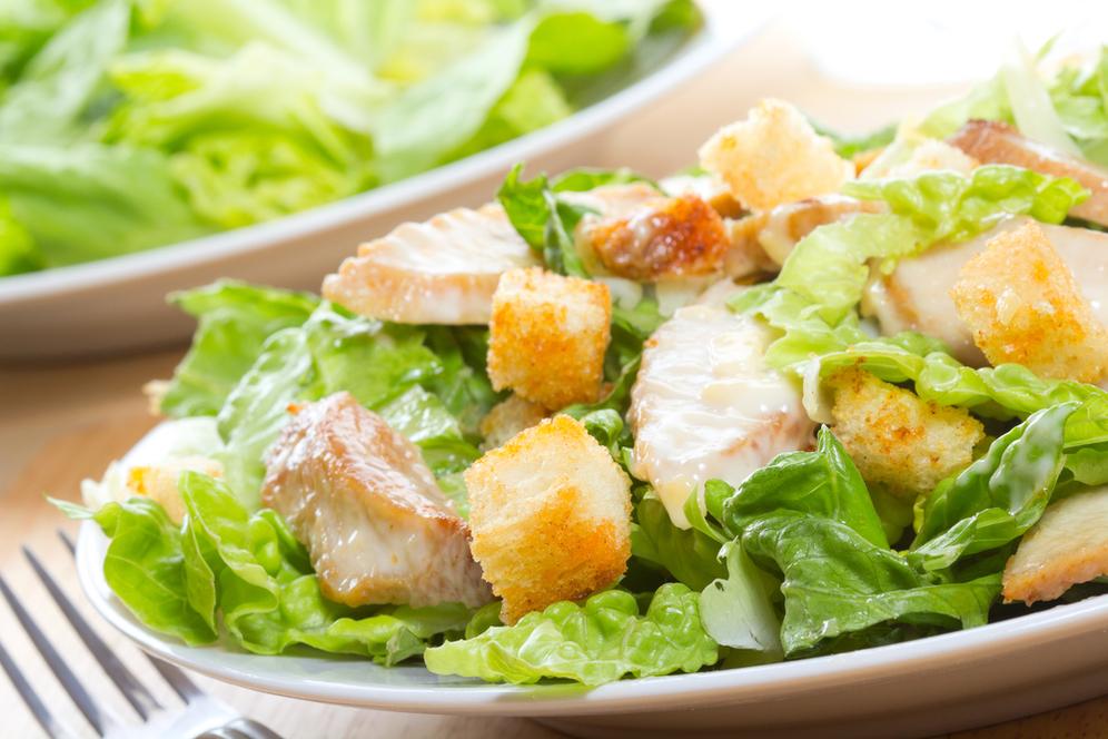 Хрустящий салат с ананасами и курицей