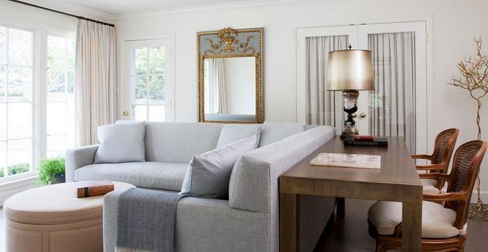 Невероятный светло-серый диван с необычной столешницей из дерева - дополняет интерьер и создает обворожительную обстановку.