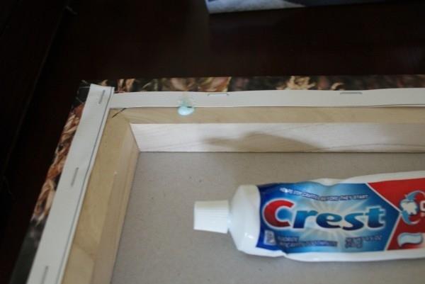Используйте зубную пасту, чтобы идеально повесить картину.