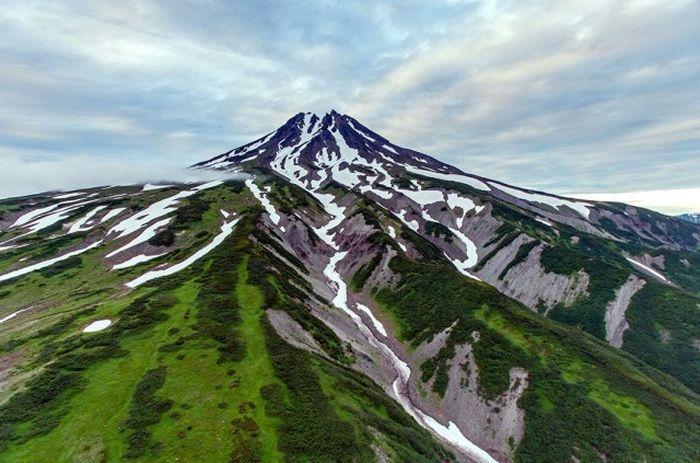 Вулкан на Камчатке, расположен к юго-западу от г. Петропавловска-Камчатского, за Авачинской бухтой.