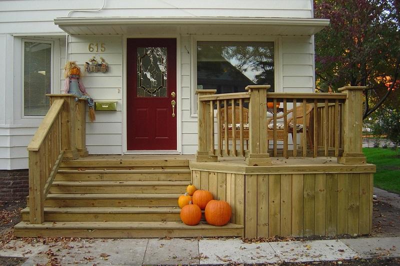 Как сделать крыльцо дома более уютным: 20 осенних идей с тыквами